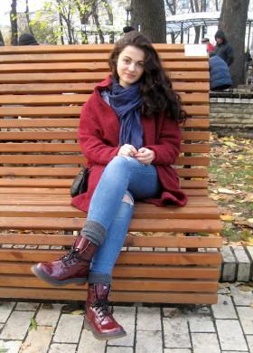 Люди на лавочках в парке Шевченко